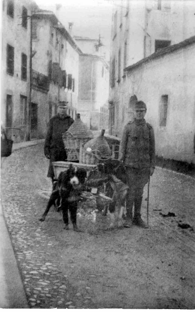 Il governatore di Belluno, von Kantz, viene visto spedire casse di cibo sequestrato alla popolazione alla propria famiglia.